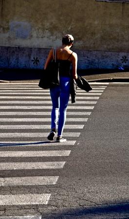 woman in a city crosswalk 版權商用圖片