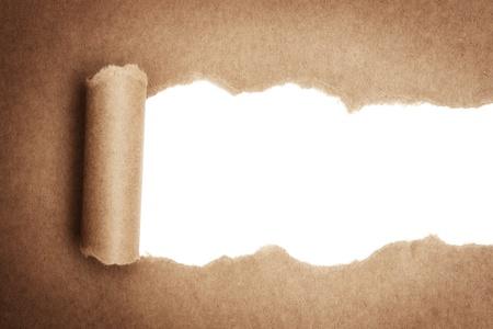 Brown paket papier gerissen weißen Panel zeigen