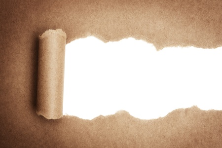 Carta marrone pacchetto strappata a rivelare pannello bianco