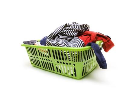 Cestino di lavanderia e vestiti sporchi