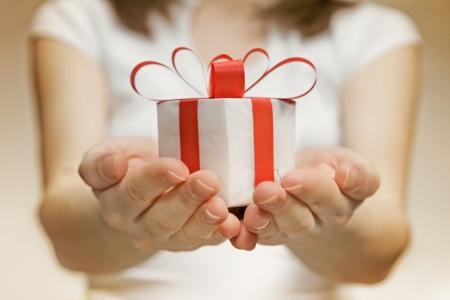 Zeit Geschenke - Geschenk-Box in der Hand Mädchen Standard-Bild - 18247938