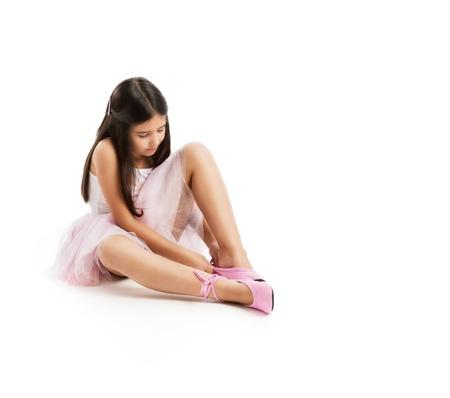 belles jambes: une jeune ballerine merveilleuse isolée sur fond blanc