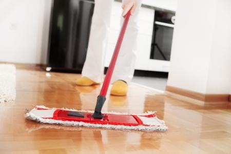ハウス クリーニングの堅木張りの床を拭く