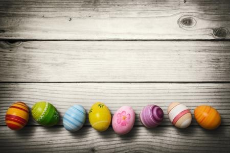 Uova di Pasqua su sfondo di legno Archivio Fotografico