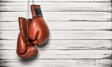 combate: Guantes de boxeo que cuelgan en la pared de madera