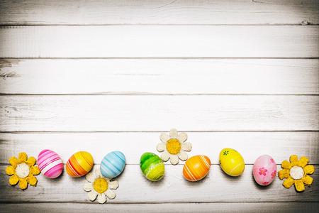 木製の背景にイースターの卵