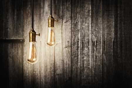 木製の背景にエジソン レトロ電球