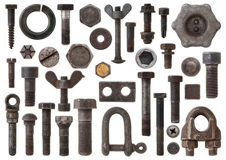 tuercas y tornillos: Una enorme colección de pernos oxidados, tornillos, tuercas y otros elementos de hierro