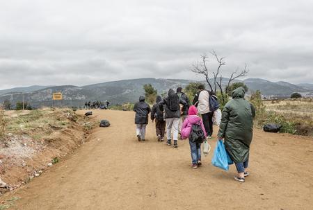 Servië - 28 september 2015: De instroom van immigranten naar Servië bij de grensovergang Miratovac, Macedonië op weg naar de Europese Unie Stockfoto - 55124657