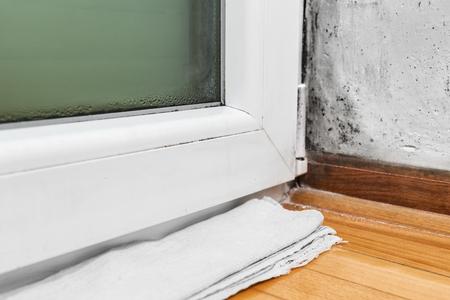condensacion: La condensación de humedad causa moho y en la casa -Toalla absorbe el agua de la ventana