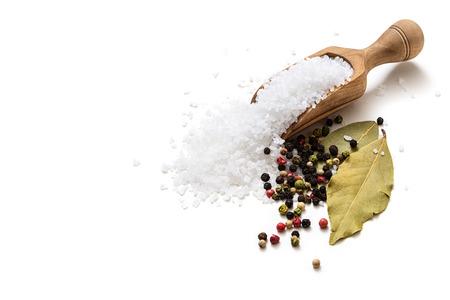 Zeezout, peper en laurier op een witte achtergrond