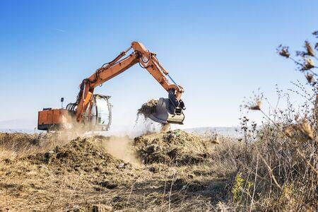 Pelle défriche la terre pour la construction d'une autoroute