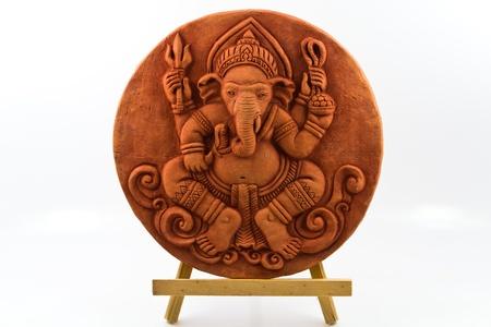 ganesh: Esfera de arcilla estatua de Ganesh en la base de madera.