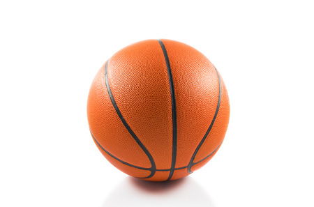 baloncesto: Bola del baloncesto sobre fondo blanco