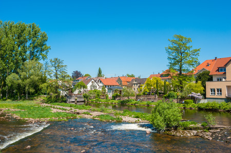 Cityscape van Gernsbach met de Murg-rivier, het Zwarte Bos, Baden-Wuerttemberg, Duitsland, Europa