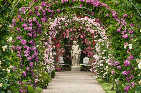rosas negras: estatua de dioses en el Rose Garden Beutig en Baden-Baden, Selva Negro, Baden-Wurttemberg, Alemania, Europa Foto de archivo
