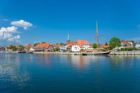 Stadtbild am Hafen mit traditionellen Segelschiffen in Neustadt Holstein an der Ostsee Standard-Bild - 101753573