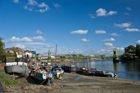 percept: Thames with boats on the sunny day