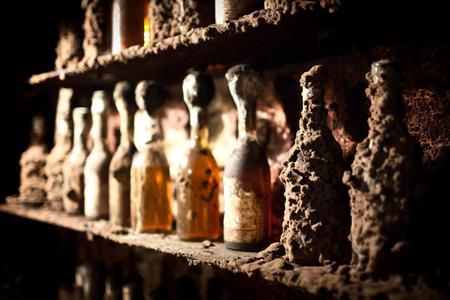 トカイのワインのセラーでの古代のボトル。 写真素材