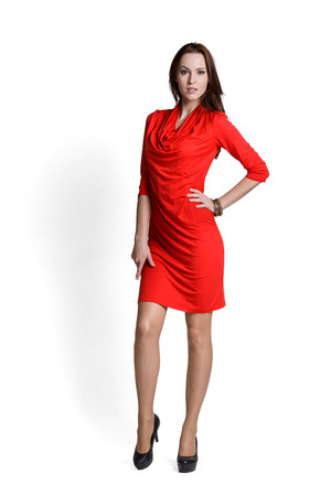 Mode-Modell mit Emotionen rotes Kleid trägt