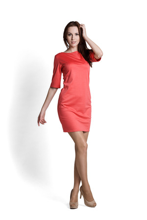 Mode-Modell mit Emotionen rotes Kleid trägt Standard-Bild