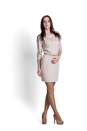 Mode-Modell mit Emotionen beige Kleid
