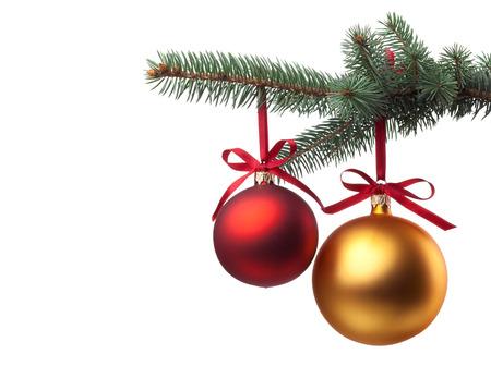 Kerstballen met krullend lint op kerst boom geïsoleerd op wit Stockfoto