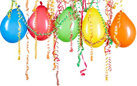 Kleurrijke ballonnen op een witte achtergrond