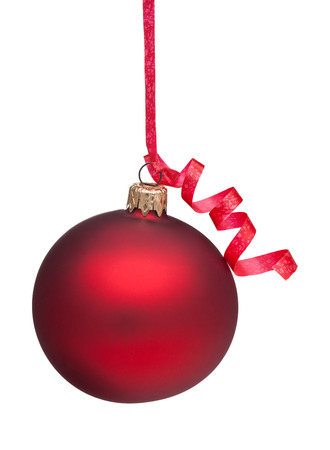 Een rode Ornament van Kerstmis overhandigen van een rood krullend lint. Geïsoleerd op een witte achtergrond. Stockfoto