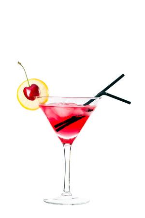copa martini: bebida de color rojo en vaso de martini, con guarnici�n de marachino cereza. Aislado en el fondo blanco. Foto de archivo