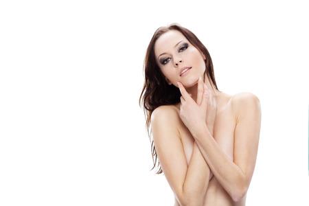 girls naked: Великолепная сексуальная обнаженная девушка, скрывая ее грудь ее рукой, глядя на камеру Фото со стока
