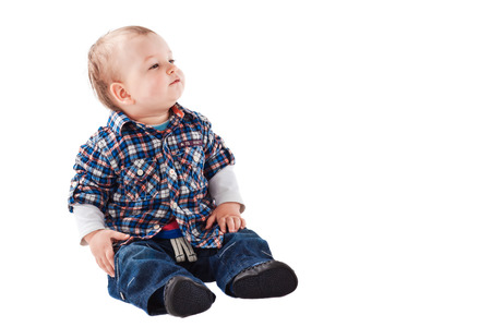 bebe sentado: El pequeño bebé aislado en blanco blanco Foto de archivo