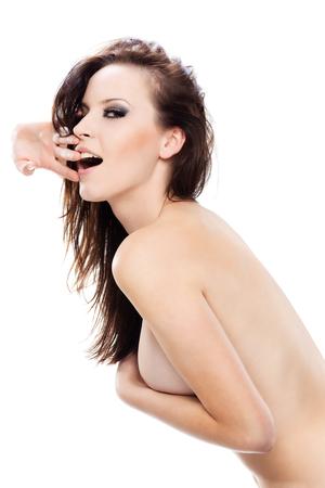 mujeres jovenes desnudas: Gorgeous sexy girl desnudo ocultando su pecho con su brazo, mirando a la c�mara