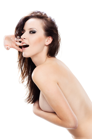 modelo desnuda: Gorgeous sexy girl desnudo ocultando su pecho con su brazo, mirando a la cámara