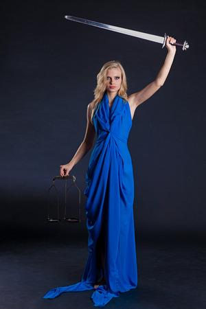 dama de la justicia: Estatua de la justicia. Mujer rubia con la escala y la espada. Foto de archivo