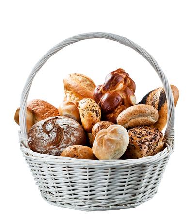Panier de pain frais au marché du pays.
