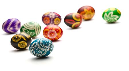 huevos de pascua: pintado a mano los huevos de Pascua en el fondo blanco Foto de archivo