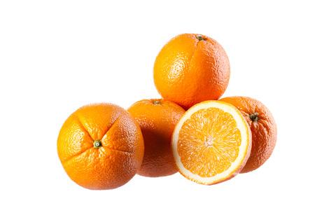 Vier perfect verse sinaasappelen geïsoleerd op wit. Stockfoto