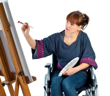 ongeldig meisje op de rolstoel op wit wordt geïsoleerd
