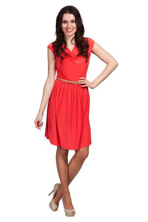 赤いドレスでポーズをとるかわいい少女