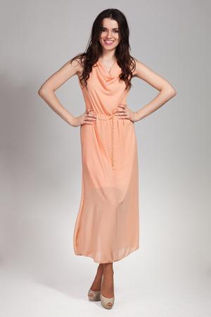 Jonge leuke vrouw die zich voordeed op een witte achtergrond