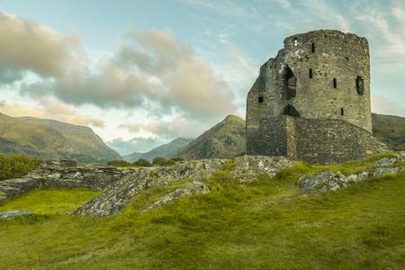 reloj de sol: un hermoso castillo histórico por el lago Llianberis en el norte de Gales Editorial