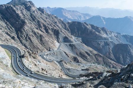Montaña de Al Hada en la ciudad de Taif, la Arabia Saudita con la hermosa vista de las montañas y del camino de Al Hada en medio de las montañas.