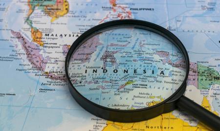 carte de l & # 39 ; indonésie à travers une loupe sur une carte du monde Éditoriale