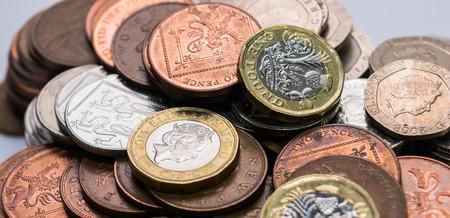 새로운 영국 왕국 파운드 동전의 초점 사진을 닫습니다. 다른 영국 동전들 가운데 스톡 콘텐츠