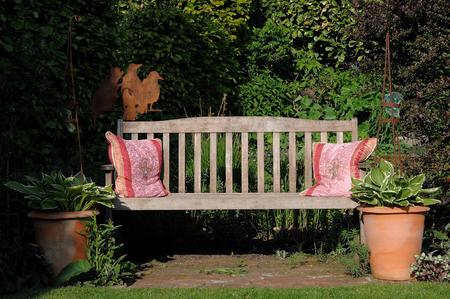 garden bench: garden bench
