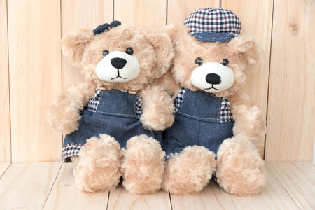 osos de peluche: dos osos de peluche en el fondo de madera, el concepto de amor