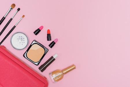 メイク化粧品パレット、口紅、ピンクの背景のフラット ブラシのコレクションがコピー スペースと平面図を置く