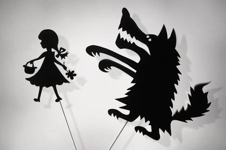 Czerwony Kapturek i cień marionetki Big Bad Wolf i ich odcienie, skopiuj Spase tło.