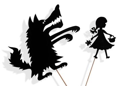 작은 빨간 승마 후드와 큰 나쁜 늑대 그림자 인형 및 흰색 배경에 그늘